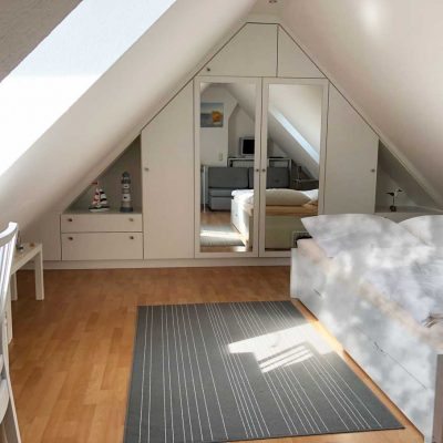 Doppelbett mit geräumigen Einbauschrank